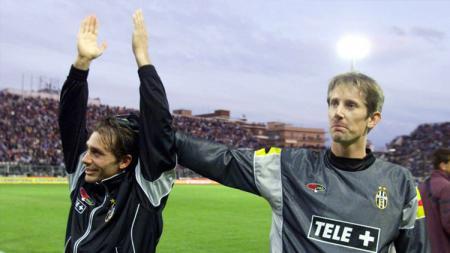 Edwin van der Sar termasuk pemain yang masuk ke dalam daftar starting XI mengerikan yang berisi debutan di Euro 1996. - INDOSPORT