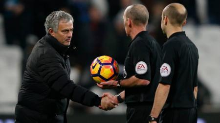 Jose Mourinho bersalaman dengan wasit. - INDOSPORT