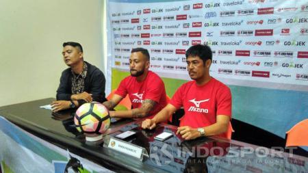 Pelatih Semen Padang, Nilmaizar (kanan) saat konferensi pers jelang laga menghadapi Persib Bandung. - INDOSPORT