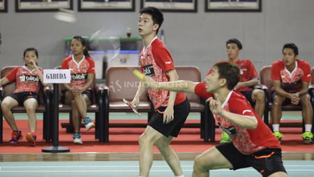 Aksi ganda campuran, Marcus Fernaldi Gideon/Kevin Sanjaya Sukamuljo disaksikan rekan-rekannya di tim Garuda. - INDOSPORT