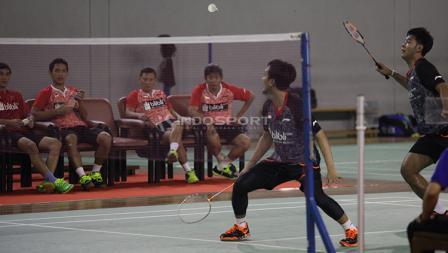 Pelatih ganda putra Herry IP (tengah) mengamati serius laga ganda putra.