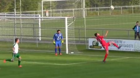 Pemain  klub Pully Football, Adrien Gulfo ketika sedang melakukan aksi salto. - INDOSPORT