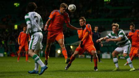 Bek muda Valencia, Mariano Konyk ketika tengah menyundul bola. - INDOSPORT