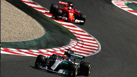 Lewis Hamilton saat balapan di GP Spanyol 2017. - INDOSPORT