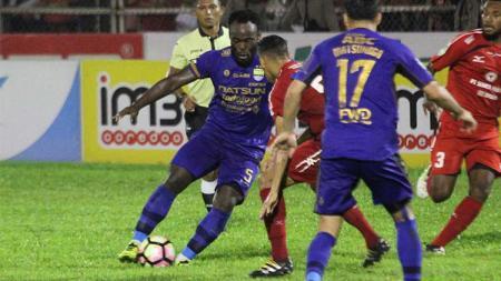 Aksi Michael Essien saat membela Persib Bandung. - INDOSPORT