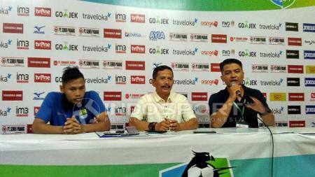 Pelatih Persib Bandung, Djajang Nurdjaman (tengah) saat konferensi pers. - INDOSPORT