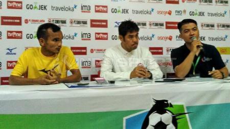 Nilmaizar (tengah) dalam konferensi pers. - INDOSPORT