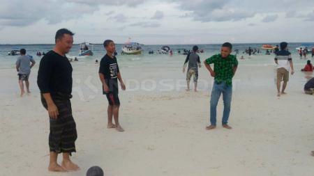 Menpora, Imam Nahrawi bermain sepakbola di pantai Tanjung Bira Kab. Bulukumba Sulawesi Selatan. - INDOSPORT