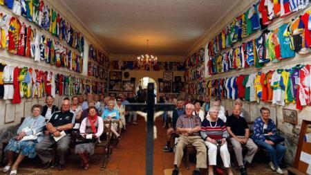 Di dalam Gereja Notre-Dame des Cyclistes, tempat ibadah lainnya dengan nuansa balapan sepeda. - INDOSPORT