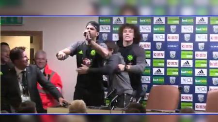 Diego Costa dan David Luiz mengisengi pelatihnya, Antonio Conte saat sedang diwawancara dalam konferensi pers. - INDOSPORT
