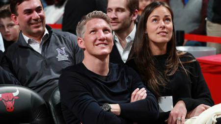 Bastian Schweinsteiger dan Ana Ivanovic saat menyaksikan laga NBA di Amerika. - INDOSPORT