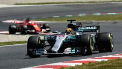 Indosport - Lewis Hamilton ketika memimpin di GP Spanyol.