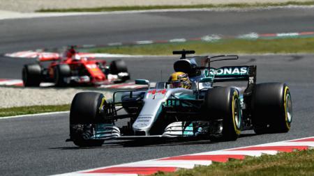 Lewis Hamilton ketika memimpin di GP Spanyol. - INDOSPORT