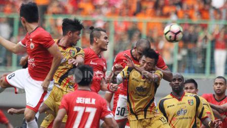 Duel sengit para pemain Persija Jakarta saat menjamu Mitra Kukar.