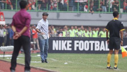 Stefano Cugurra Teco tampak tegang sepanjang laga Persija melawan Mitra Kukar.
