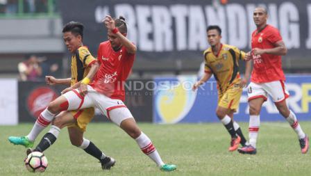 Perebutan bola antara pemain Persija Jakarta melawan Mitra Kukar.