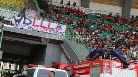Spanduk protes yang disampaikan The Jakmania atas menurunnya performa Persija Jakarta