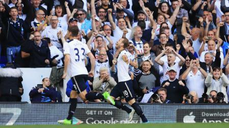 Harry Kane merayakan golnya dengan berselebrasi ke tribun penonton. - INDOSPORT