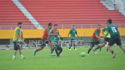 Oswaldo Lessa saat memimpin latihan skuat Sriwijaya FC.