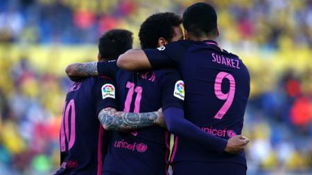 Messi dan Suarez merayakan gol Neymar di babak pertama. - INDOSPORT