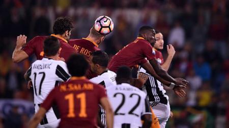 Daniele De Rossi membuat gol penyama kedudukan bagi Roma di babak pertama. - INDOSPORT