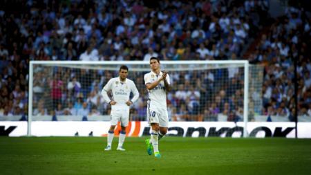 James Rodriguez (kanan) bertepuk tangan ketika hendak digantikan oleh Casemiro di menit 61. - INDOSPORT