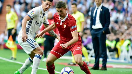 James Rodriguez (kiri) berusaha merebut bola dari Clement Lenglet. - INDOSPORT