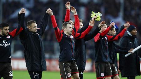 Klub dari Jerman, FC St. Pauli memberikan 1. 000 liter bir secara gratis kepada fans. - INDOSPORT