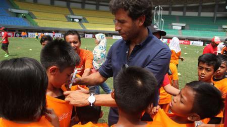 Pelatih Timnas U-22, Luis Milla saat hadir di acara AFC Grassroots Football Day 2017. - INDOSPORT