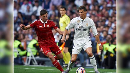 Pemain belakang Sevilla menempel ketat Cristiano Ronaldo. - INDOSPORT