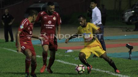 M Nur Iskandar (kuning) jadi penyebab mandulnya Semen Padang. - INDOSPORT