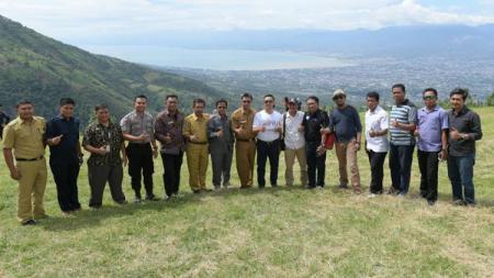 Menpora, Imam Nahrawi melakukan sesi foto bersama dengan nuansa keindahan alam Gunung Matantimali, Sulawesi Tengah. - INDOSPORT
