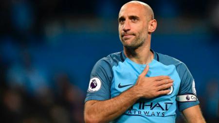 Pablo Zabaleta menepuk-nepuk dada kirinya, pasca pertandingan melawan West Brom. - INDOSPORT