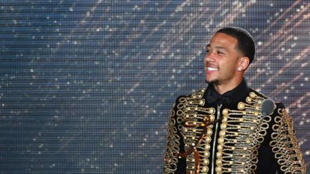 Memphis Depay tampil kece dengan pakaian yang mirip dengan Michael Jackson. - INDOSPORT