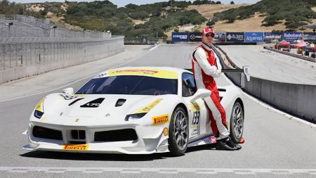Aktor asal Jerman, Michael Fassbender menjajal balapan Ferrari Challenge 2017. - INDOSPORT