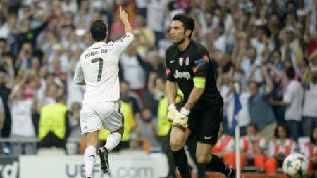 Cristiano Ronaldo mencetak gol ke gawang Buffon di semifinal Liga Champions musim 2014/15. - INDOSPORT