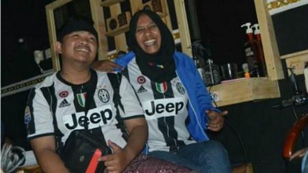 Husnul Khotimah (kanan) bersama rekannya saat sedang nobar Juventus vs Lazio, dini hari tadi. - INDOSPORT