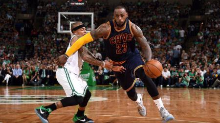 LeBron James dalam laga Cleveland Cavaliers vs Boston Celtics. - INDOSPORT