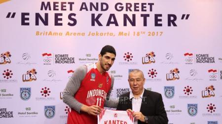 Pebasket NBA asal klub OKC Thunder, Enes Kanter bersama Ketua Umum Perbasi, Danny Kosasih. - INDOSPORT