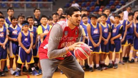 Pebasket NBA asal klub OKC Thunder, Enes Kanter hadir dalam acara coaching clinic dengan anak-anak dari Basketball Academy (IBA) di Britama Arena Kelapa Gading, Jakarta, Kamis (18/05/17). - INDOSPORT