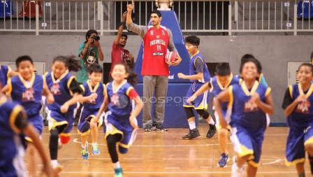 Pebasket NBA asal klub OKC Thunder, Enes Kanter hadir dalam acara coaching clinic dengan anak-anak dari Basketball Academy (IBA) di Britama Arena Kelapa Gading, Jakarta, Kamis (18/05/17).