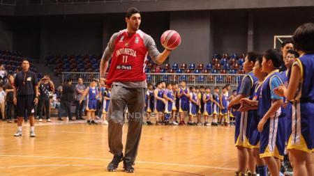 Bintang NBA, Enes Kanter ketika hadir dalam acara coaching clinic dengan anak-anak dari Basketball Academy (IBA) di Britama Arena Kelapa Gading, Jakarta, Kamis (18/05/17). - INDOSPORT