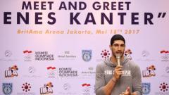 Indosport - Pebasket NBA asal klub OKC Thunder, Enes Kanter hadir dalam acara coaching clinic dengan anak-anak dari Basketball Academy (IBA) di Britama Arena Kelapa Gading, Jakarta, Kamis (18/05/17).