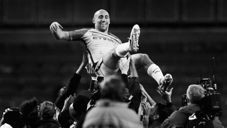 Bek Manchester City, Pablo Zabaleta mendapatkan pesta perpisahan. Copyright: Clive Mason/Getty Images