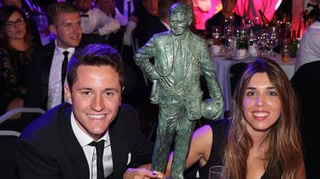Ander Herrera foto bersama trofi Sir Matt Busby Player of the Year. - INDOSPORT