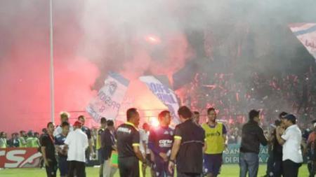 Sejumlah klub didenda Komdis PSSI akibat ulah para pendukungnya. - INDOSPORT