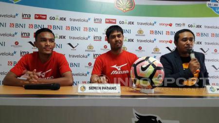 Pelatih Nilmaizar (tengah) saat jumpa pers jelang laga Bhayangkara FC vs Semen Padang. - INDOSPORT
