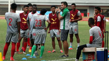 Simon McMenemy saat memimpin latihan Bhayangkara FC. - INDOSPORT