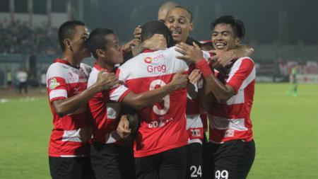 Skuat Madura United rayakan pesta gol atas PS TNI. - INDOSPORT