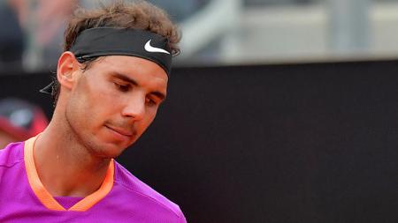 Ekspresi kekecewaan Rafael Nadal saat dikalahkan Dominic Thiem di Italia Terbuka 2017. - INDOSPORT
